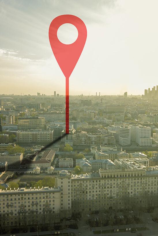 Ziel-Tag zeigt auf einen Standort in einer Stadt.